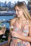 Blonder trinkender Champagner Stockfotografie