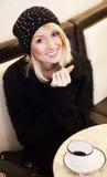 Blonder trinkender Kaffee des jungen Mädchens Stockfotografie