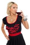 Blonder trinkender Rotwein Stockfotografie