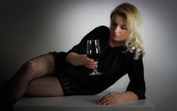 Blonder trinkender Wein Lizenzfreie Stockbilder
