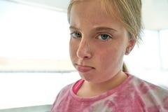 Blonder verärgerter Lippenkindermädchenausdruck Lizenzfreies Stockbild