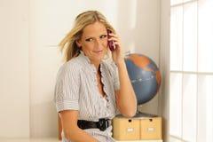 Blonder vorbildlicher Handy Lizenzfreie Stockfotografie