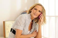 Blonder vorbildlicher Handy Stockfotografie