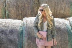 Blonder vorbildlicher Posing Outdoors In-Herbst Lizenzfreie Stockfotografie