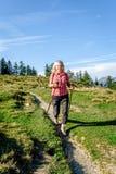 Blonder Wanderer auf einem Fußweg Stockfotografie