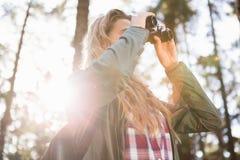 Blonder Wanderer, der durch Ferngläser schaut Stockfotos