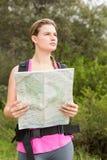 Blonder Wanderer mit der Karte, die weg schaut Lizenzfreie Stockfotografie