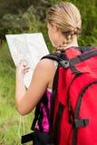 Blonder Wanderer mit Kompass- und Lesekarte Lizenzfreie Stockbilder
