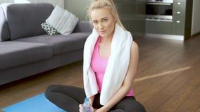 Blonder weiblicher abwischender Schweiß des schönen Mittelalters mit Tuch nach körperlichem Training stock video