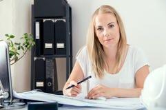 Blonder weiblicher Architekt arbeitet an ihren neuen Plänen Lizenzfreies Stockfoto