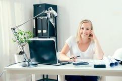 Blonder weiblicher Architekt arbeitet an ihren neuen Plänen Stockfotografie