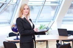 Blonder weiblicher Büroangestellter Stockbilder