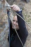 Blonder weiblicher Bergsteiger und ihr Gang Lizenzfreie Stockfotos