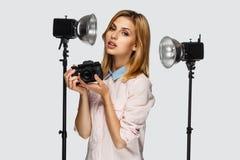 Blonder weiblicher Fotograf Stockfotos