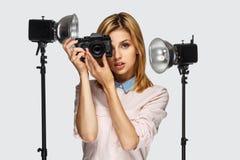 Blonder weiblicher Fotograf Lizenzfreies Stockfoto