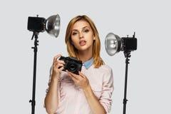 Blonder weiblicher Fotograf Lizenzfreies Stockbild