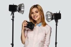 Blonder weiblicher Fotograf Lizenzfreie Stockfotografie