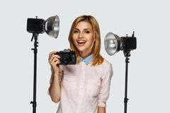 Blonder weiblicher Fotograf Lizenzfreie Stockfotos