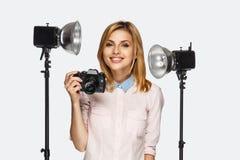 Blonder weiblicher Fotograf Stockbilder