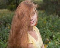 Blonder weiblicher Headshot draußen Stockfotografie