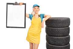 Blonder weiblicher Mechaniker, der ein Klemmbrett hält Stockfotografie