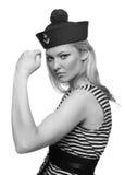 Blonder weiblicher Seemann, der in ihrer Uniform aufwirft Lizenzfreie Stockfotos