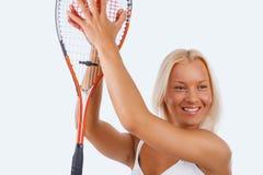 Blonder weiblicher Tennisspieler lokalisiert auf einem weißen Hintergrund Lizenzfreies Stockbild