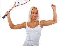Blonder weiblicher Tennisspieler lokalisiert auf einem weißen Hintergrund Lizenzfreie Stockfotos