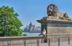 Blonder weiblicher Tourist auf der berühmten Hängebrücke in Budapest Lizenzfreie Stockfotografie