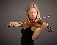 Blonder weiblicher Violinist In Black Dress Lizenzfreie Stockfotografie