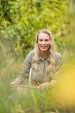 Blonder Weinbauer, der einen Korb der roten Trauben hält Lizenzfreie Stockfotos