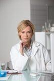 Blonder Wissenschaftler im Labor Stockfoto