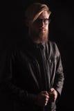 Blonder zufälliger Mann, der seine Jacke repariert Lizenzfreie Stockbilder