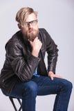 Blonder zufälliger Mann, der seinen langen Bart streichelt Lizenzfreie Stockfotos