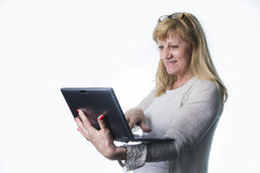 Blondes älteres Frauengraseninternet Lizenzfreies Stockfoto
