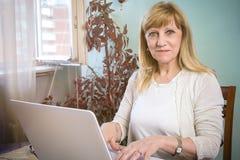Blondes älteres Frauengraseninternet Lizenzfreie Stockbilder