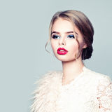 Blondes Art und Weisebaumuster Arbeiten Sie die weibliche Aufstellung in der weißen Weste des Pelzes und in den rosafarbenen Strü Lizenzfreie Stockfotografie