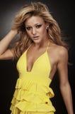 Blondes Art und Weisebaumuster, das gelbes Kleid trägt Lizenzfreies Stockbild