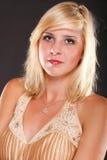Blondes Art und Weisebaumuster der Frau im gelben Kleid Stockfotos