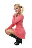 Blondes Art und Weisebaumuster im rosafarbenen Kleid Stockfotos