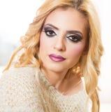 Blondes Art- und Weisefrauen-Portrait Lizenzfreie Stockfotos