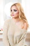Blondes Art- und Weisefrauen-Portrait Stockfotografie