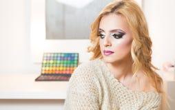 Blondes Art- und Weisefrauen-Portrait Stockfoto