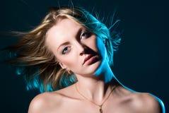 Blondes Art- und Weisemädchen Stockfoto