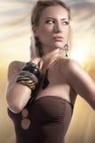 Blondes Art und Weisesommermädchen, das in einem Badeanzug aufwirft Stockbilder