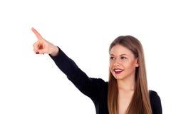Blondes attraktives Mädchen, das etwas mit ihrem Finger anzeigt Stockbild