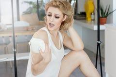 Blondes attraktives Mädchen, das zu Hause Fotos macht Stockfoto
