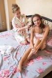 Blondes attraktives Sitzen der jungen Frauen der Freundinnen Lizenzfreies Stockbild