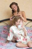 Blondes attraktives Sitzen der jungen Frauen der Freundinnen Lizenzfreies Stockfoto
