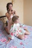 Blondes attraktives Sitzen der jungen Frauen der Freundinnen Stockfoto